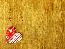 Coração de madeira na tabela de carvalho Imagens de Stock