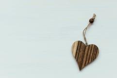Coração de madeira no fundo branco com corda Fotografia de Stock Royalty Free