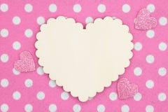 Coração de madeira vazio na tela do rosa e a branca do às bolinhas com corações do brilho fotos de stock royalty free
