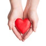 Coração de madeira vermelho nas mãos da mulher Imagem de Stock Royalty Free