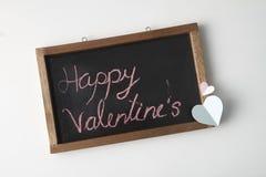 Coração de papel cor-de-rosa com quadro-negro foto de stock