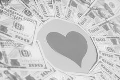 Coração de papel e cem notas de dólar Fotografia de Stock Royalty Free
