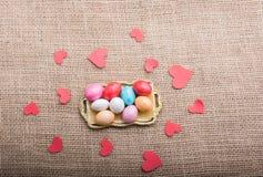 Coração de papel e doces coloridos dos doces na bandeja imagens de stock royalty free