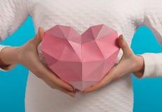 Coração de papel nas mãos Decoração dos Valentim Fotos de Stock