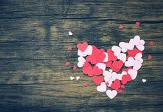 Coração de papel no rosa de madeira e dia de Valentim vermelho do coração para a madeira clássica do vintage do tom do amante fotos de stock royalty free