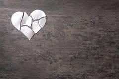 Coração de papel rasgado no fundo cinzento Imagens de Stock Royalty Free