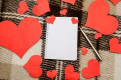 Coração de papel vermelho com cartão vazio Fotografia de Stock Royalty Free