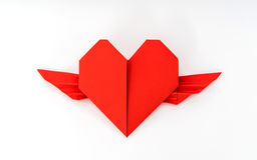 Coração de papel vermelho do origâmi com as asas no fundo branco Imagens de Stock