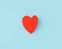 Coração de papel vermelho do origâmi no fundo azul Fotografia de Stock