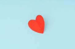 Coração de papel vermelho do origâmi no fundo azul Foto de Stock Royalty Free