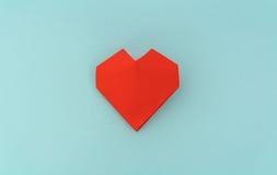 Coração de papel vermelho do origâmi no fundo azul Imagens de Stock Royalty Free