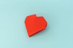 Coração de papel vermelho do origâmi no fundo azul Imagens de Stock