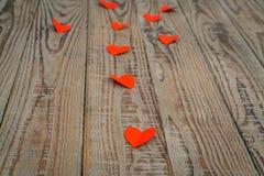Coração de papel vermelho do origâmi no fundo de madeira Fotografia de Stock