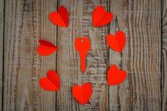 Coração de papel vermelho do origâmi no fundo de madeira Foto de Stock