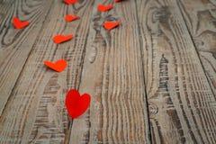 Coração de papel vermelho do origâmi no fundo de madeira Imagem de Stock