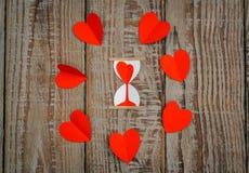Coração de papel vermelho do origâmi no fundo de madeira Imagens de Stock