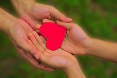 Coração de papel vermelho nas mãos Fotografia de Stock Royalty Free