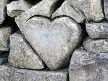Coração de pedra cinzelado na parede do jardim do jardim zoológico, Abenteurland Walter Zoo foto de stock royalty free