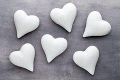Coração de pedra em um fundo cinzento Fundo do dia do Valentim Fotografia de Stock Royalty Free