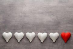 Coração de pedra em um fundo cinzento Fundo do dia do Valentim Fotos de Stock Royalty Free