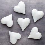 Coração de pedra em um fundo cinzento Fundo do dia do Valentim Fotografia de Stock