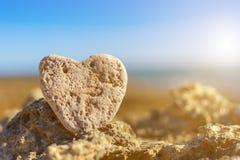 Coração de pedra na praia Imagens de Stock
