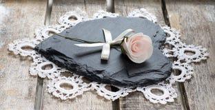Coração de pedra no fundo de madeira Fotografia de Stock Royalty Free