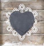 Coração de pedra no fundo de madeira Foto de Stock