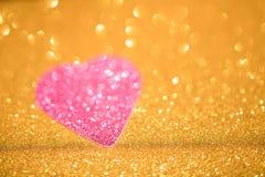 Coração de prata do brilho no fundo do ouro imagens de stock