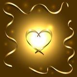 Coração de seda do ouro com fundo claro brilhante das fitas do quadro Imagens de Stock