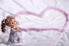 Coração de um anjo do amor e da felicidade em St Valentine& x27; dia de s foto de stock