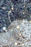 Coração de vidro em uma neve e fundo borrado tonificado da cor do bokeh de brilho com luzes de incandescência Decora??o do Natal  imagem de stock