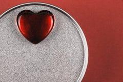 Coração de vidro vermelho na caixa com presente do Valentim imagens de stock royalty free