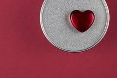 Coração de vidro vermelho na caixa com presente do Valentim fotografia de stock