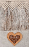 Coração decorativo de madeira na tela do laço e na madeira velha Imagem de Stock Royalty Free