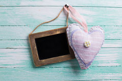 Coração decorativo e quadro-negro vazio Fotos de Stock Royalty Free