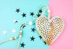 Coração decorativo incomum do metal em um fundo azul-cor-de-rosa foto de stock royalty free