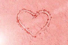 Coração desenhado na areia Seashell do Scallop na cor-de-rosa Cor coral de vida do ano 2019 fotos de stock royalty free