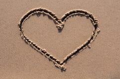 Coração desenhado na areia Seashell do Scallop na cor-de-rosa Vista superior Fotos de Stock