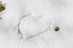 Coração desenhado na neve Fotos de Stock