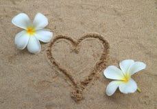 Coração desenhado na praia da areia Imagem de Stock