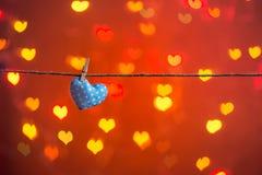 Coração do amor que pendura na corda Foto de Stock Royalty Free