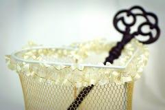 Coração do casamento com chave oxidada. Foto de Stock