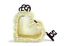 Coração do casamento com chave oxidada. Fotos de Stock