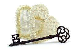 Coração do casamento com chave oxidada Fotos de Stock