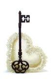 Coração do casamento com chave oxidada. Fotografia de Stock