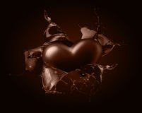 Coração do chocolate com respingo do chocolate no fundo marrom Fotografia de Stock