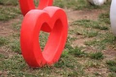 Coração do cimento no jardim imagem de stock royalty free