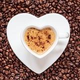 Coração do copo de café branco dado forma com cappucino Foto de Stock