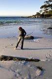 Coração do desenho da mulher na areia na praia Fotos de Stock